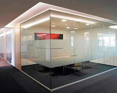 Цельностеклянные перегородки для офисного пространства
