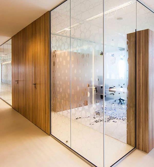 Офисные перегородки из стела и шпонированных дверей