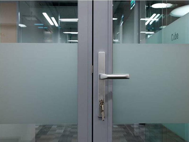 Дверь стеклянная в алюминиевой обвязке