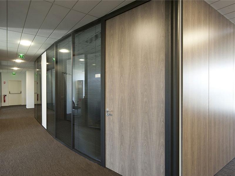 Офисная ламинированная дверь в перегородке