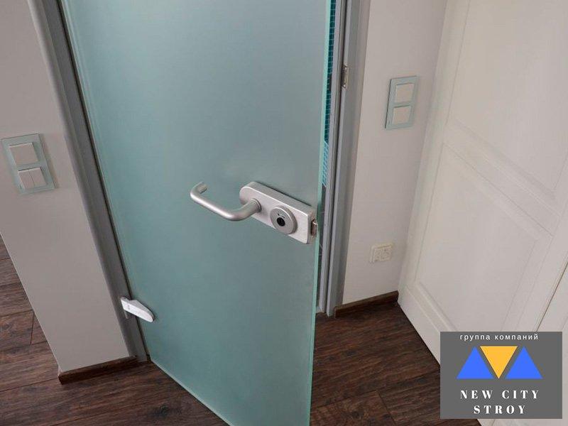Цельностеклянная дверь распашная в офис