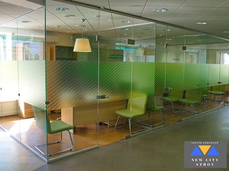 Цельностеклянные перегородки для офисов и торговых центров
